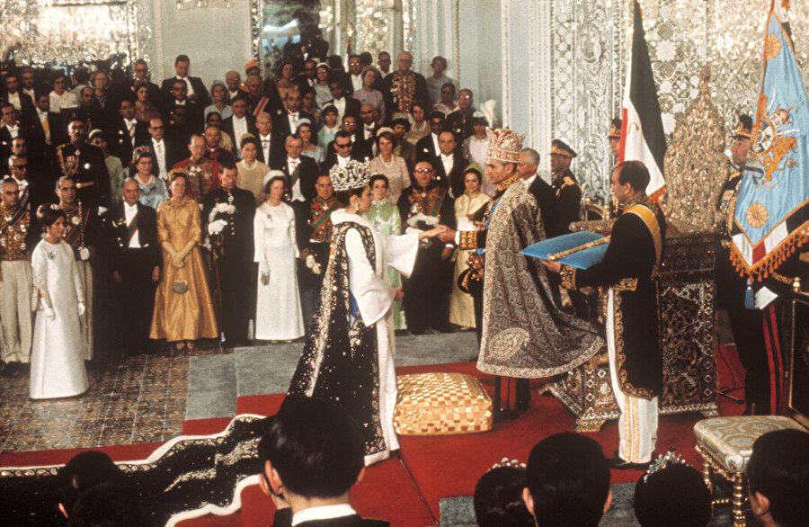 Şah Muhammed Rıza Pehlevî ve Şahbanu Farah'ın taç giyme törenleri, 29 Ekim 1967.