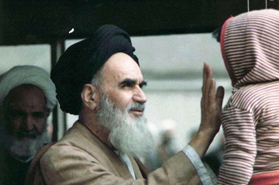 Pehlevî'yi devirecek halk hareketini başlatan kişi olan Ruhullah Humeynî.