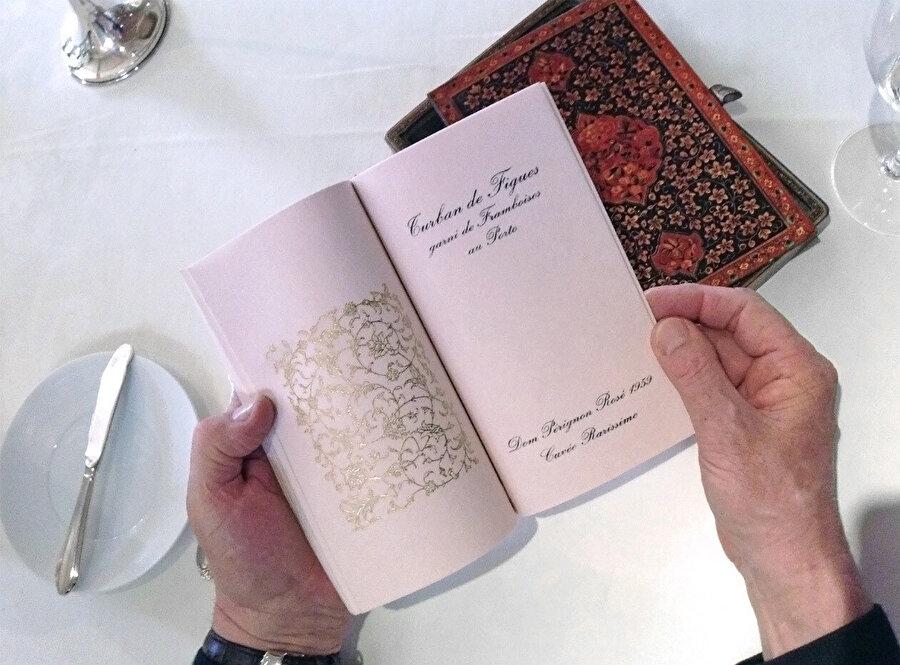Konuklara sunulan ikramların menüsü, kitap biçiminde hazırlanmıştı.
