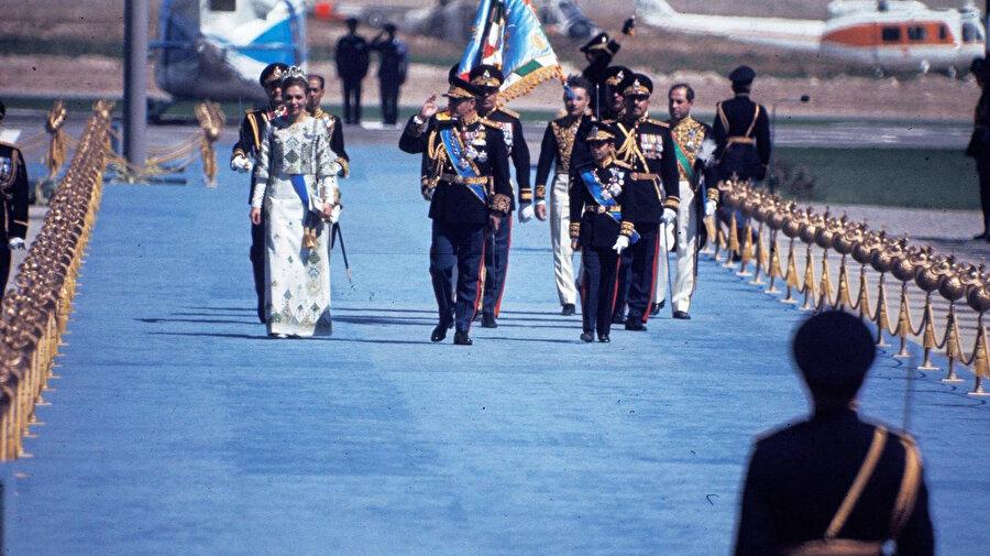 Şah ve Şahbanu'nun tören alanına gelişi.