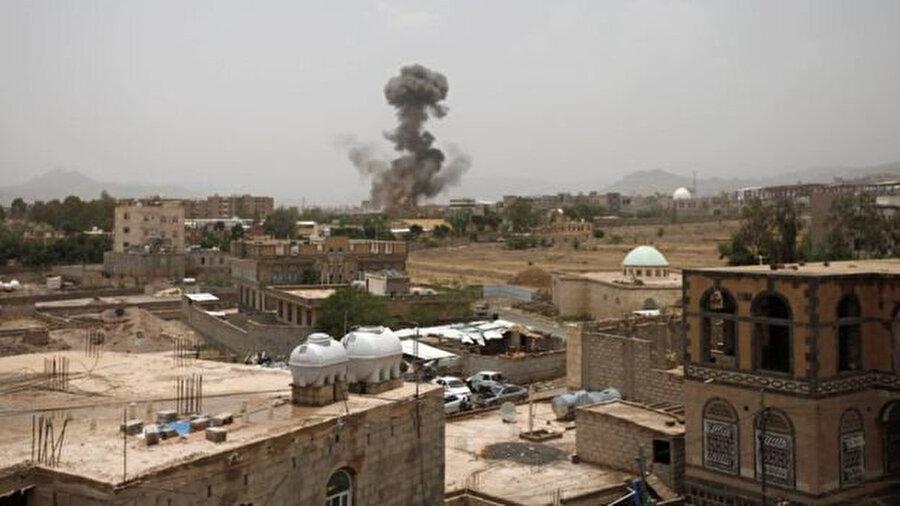 Husiler'in elindeki başkent Sanaa'da düzenlenen hava saldırısı