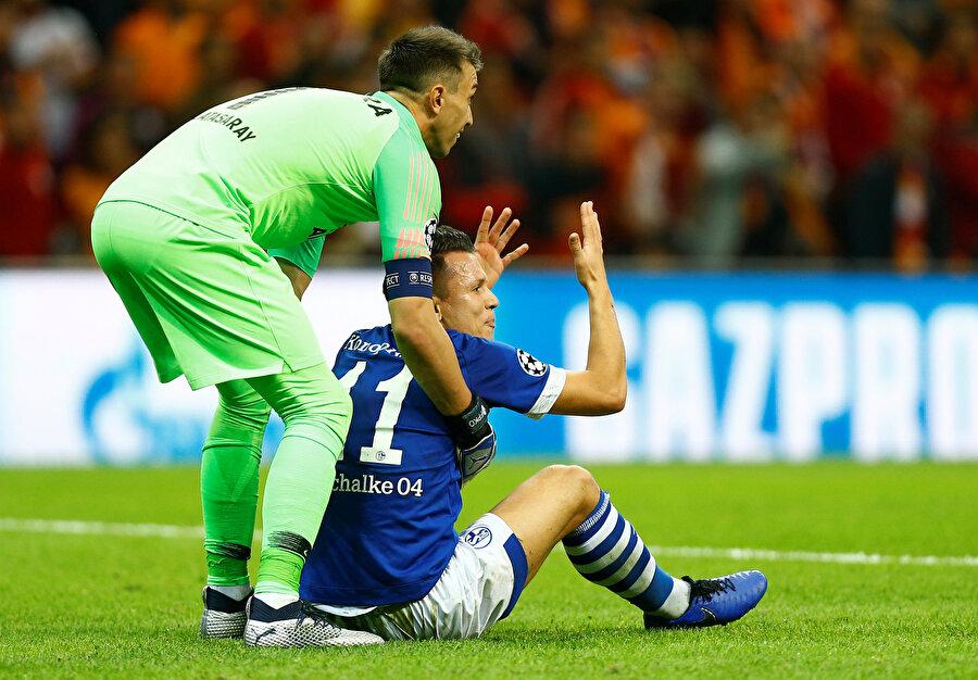 Sakin yapısıyla bilinen Fernando Muslera, Türk Telekom Stadyumu'nda oynanan Schalke 04 maçında yerde kalan rakibini ayağa kaldırıyor...