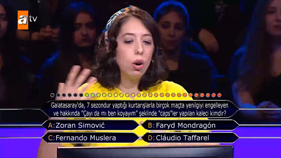 Kadın yarışmacı, soru hakkında yarışmanın sunucusu Murat Yıldırım ile birlikte fikir yürütüyor...