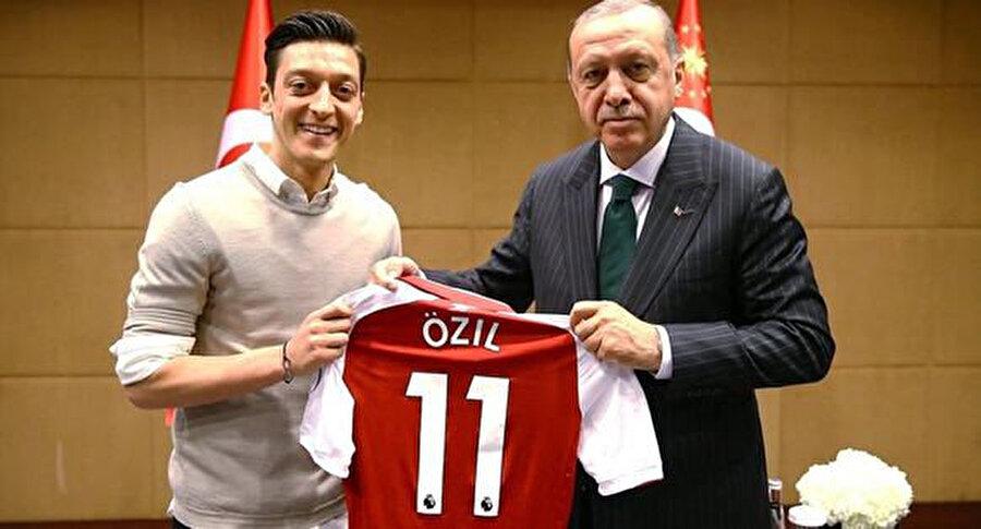 Yıldız futbolcu, Londra'ya ziyaret gerçekleştiren Cumhurbaşkanına Arsenal forması hediye etmişti.