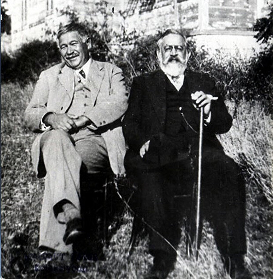 Soldan sağa: Ayaz İshaki ve Yusuf Akçura ( İstanbul 1931)