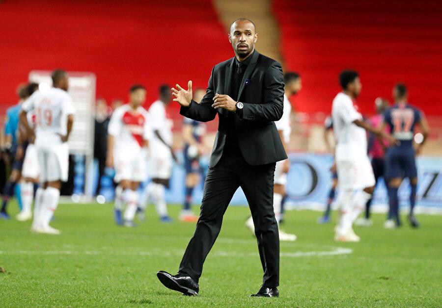 Thierry Henry kendisinin lehine tezahürat yapan taraftarları selamlıyor.