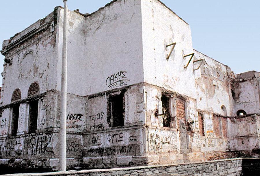 Evrenos Bey Türbesi, 2006 yılında restore edilmeden önce çok kötü bir durumdaydı.