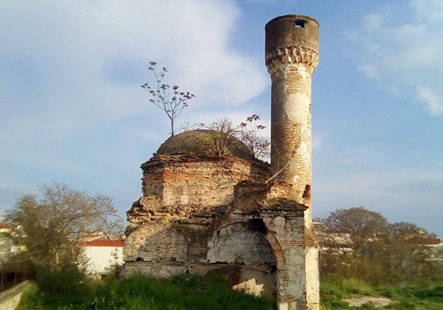 Yanniçe içerisinde kalan Ahmet Bey Camii bugün halen harabe haldedir.