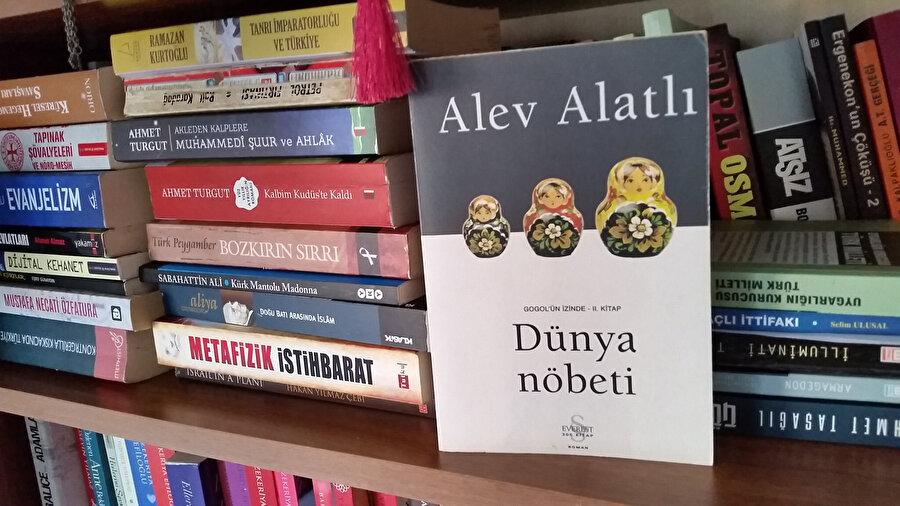 Cumhurbaşkanı Erdoğan'ın Putin'e hediye ettiği, Alev Alatlı'nın yazdığı Dünya Nöbeti kitabı.