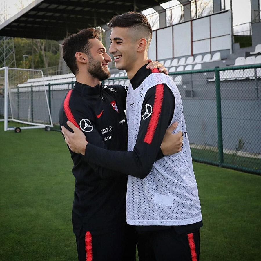 Genç futbolcu, Hakan Çalhanoğlu ile birlikte oldukça samimi bir görüntü veriyor...