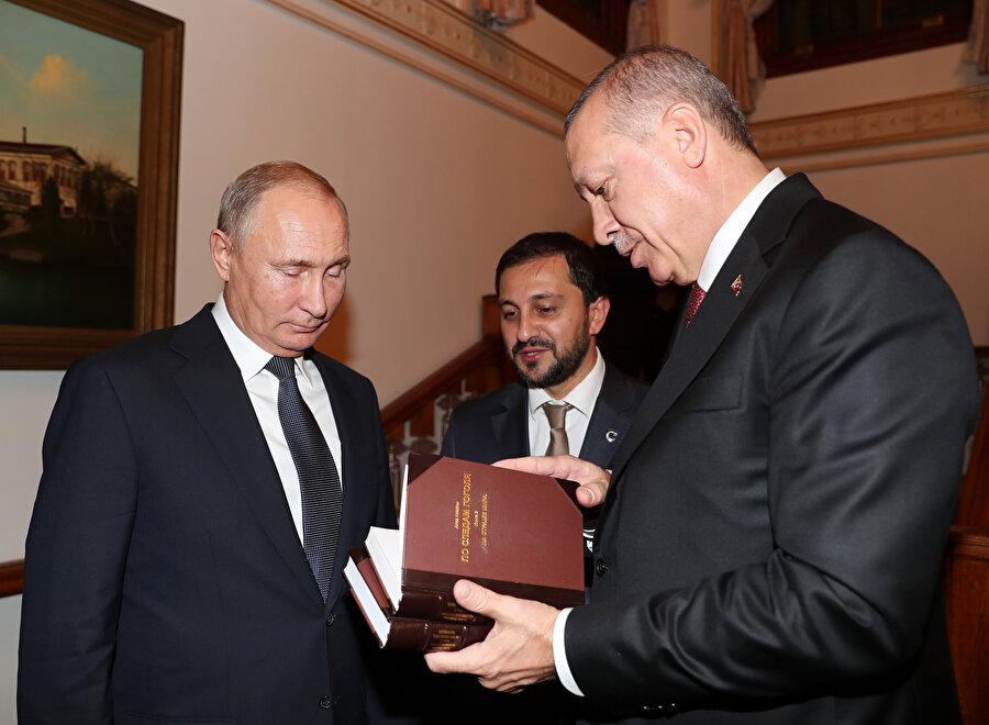 İkili görüşmenin ardından Cumhurbaşkanı Erdoğan Putin'e bir kitap hediye etti.