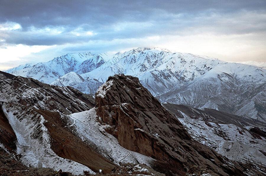 Alamut Kalesi, bu kayalıkların üzerine kurulmuştu...