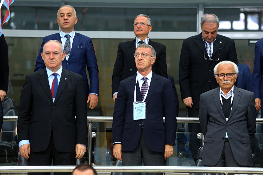 Ahmet Ağaoğlu, Trabzonspor Kongresi'nde İstiklal Marşı söylüyor...