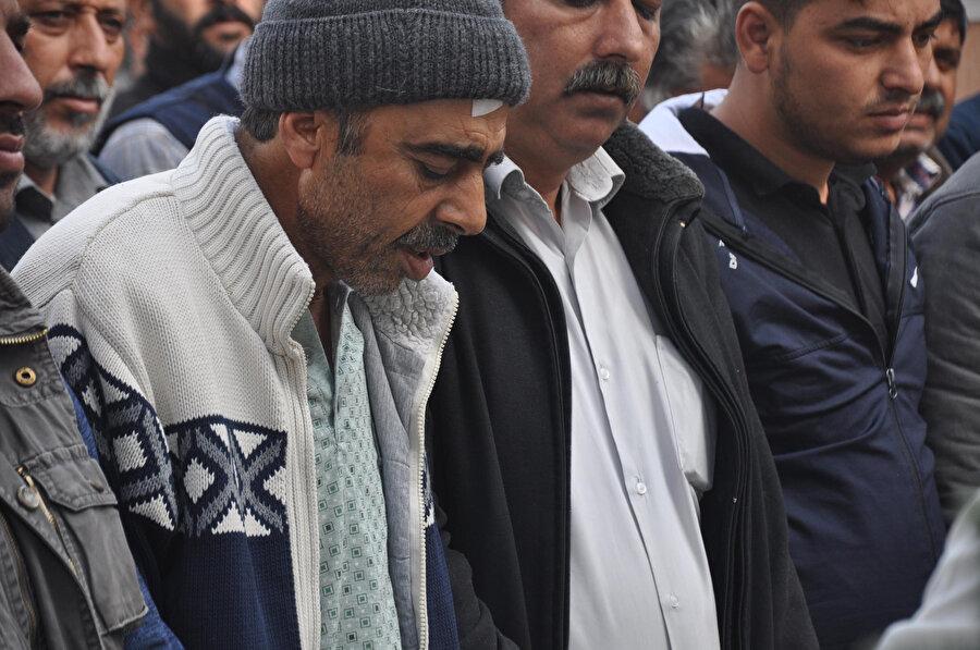 Kazada yaralanan baba Mustafa Sakman, cenazede güçlükle ayakta durdu.