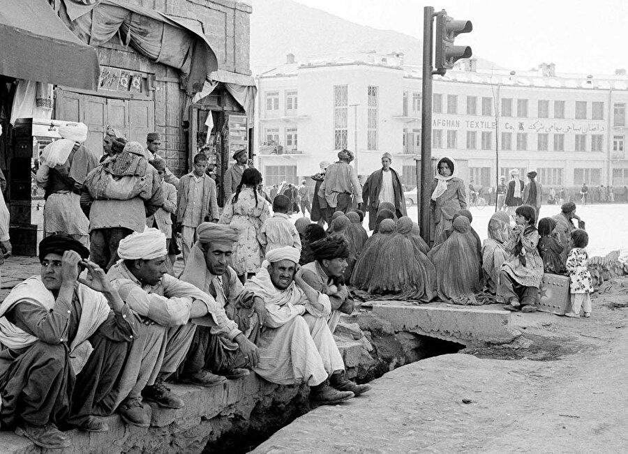 25 Mayıs 1964 zamanına ait olan bu fotoğrafta da görüldüğü üzere Afgan kadınları geleneksel dini kıyafetleri olan burkayı o zamanlarda kullanmaktaydı.