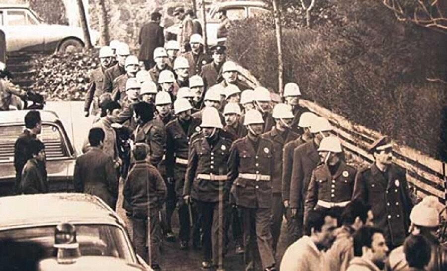 Polis artan anarşi hareketlerine karşı tedbirlerini arttırarak olayları önlemeye çalışıyordu.
