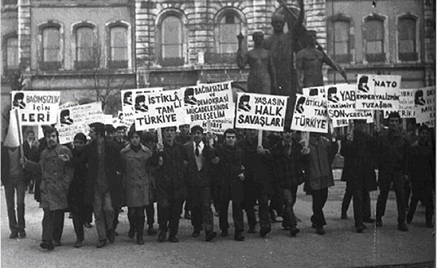 Üniversite öğrencileri devrim pankartları ile sık sık gösteriler düzenliyordu.