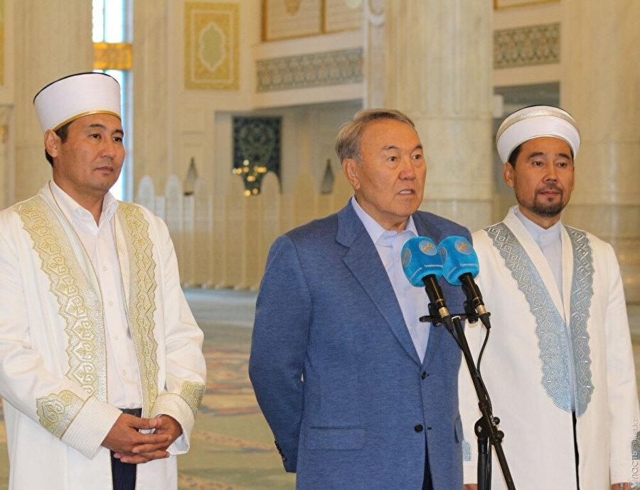 Soldan sağa: Ercan Malgajuli, Nursultan Nazarbayev, Serikbey Hacı Oraz; Astana, Hazret Sultan Camii.