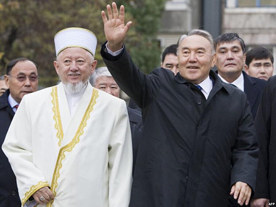 13 yıl Baş Müftülük görevinde kalan Absettar Derbisali Cumhurbaşkanı Nazarbayev'in siyasi çizgisinin dini alanda uygulanmasında en önemli figür oldu.