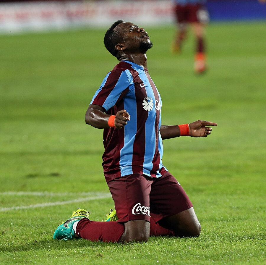 Ogenyi Onazi attığı golü dizlerinin üstüne çökerek kutluyor.