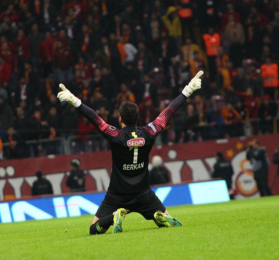 Atiker Konyaspor kalecisi Serkan Kırıntılı son dakikada gelen penaltı golünün sevinci böyle yaşadı.