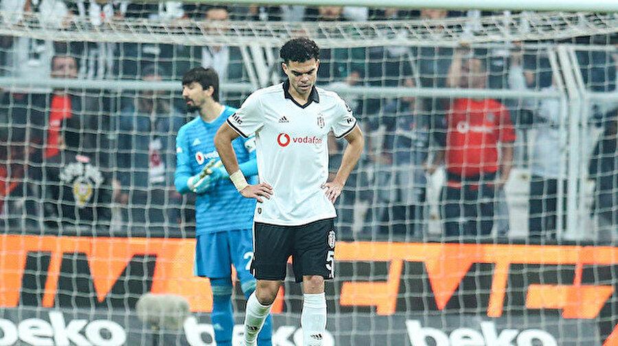 Yenilen gol sonrası Pepe üzüntü yaşarken...
