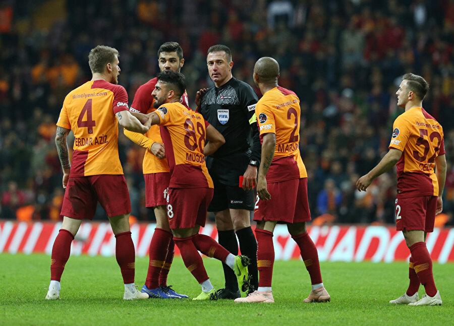 Hüseyin Göçek'in penaltı kararının ardından itiraz eden Serdar Aziz'i Muğdat Çelik sakinleştiriyor.