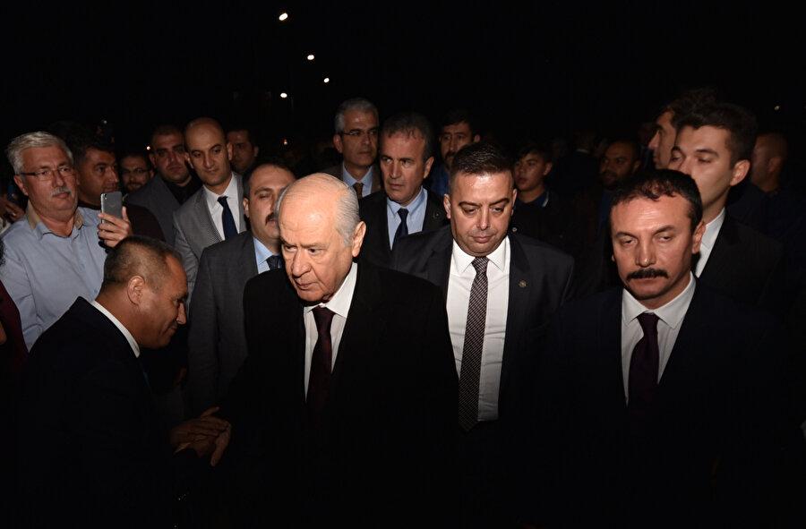 Milliyetçi Hareket Partisi lideri Devlet Bahçeli, partisinin il ve belediye başkanları toplantısına katılmak üzere geldiği Antalya'da partililer tarafından karşılandı.
