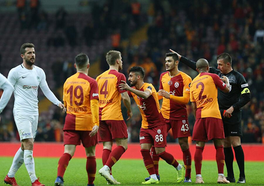 Galatasaraylı futbolcular tartışmalı penaltı pozisyonunda hakeme yoğun şekilde itiraz ediyor.
