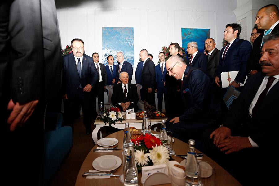 MHP Genel Başkanı Devlet Bahçeli, partisinin Belediye Başkanları Toplantısı'nın açılışına katıldı. Bahçeli, açılış sonrası partililerle sohbet etti.