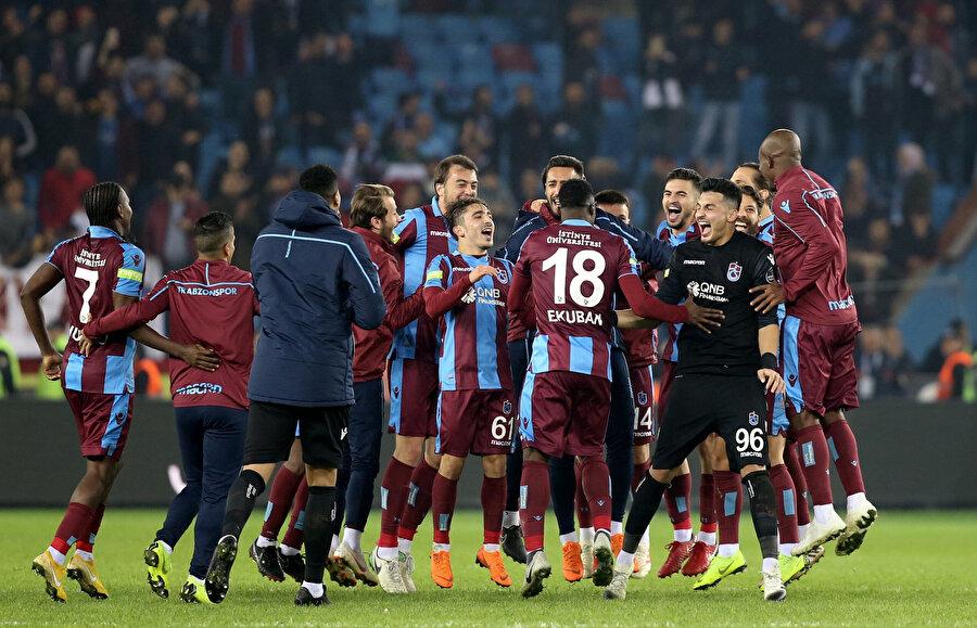 Trabzonsporlu futbolcular maçın son düdüğünün ardından orta alanda toplanarak seviniyor.