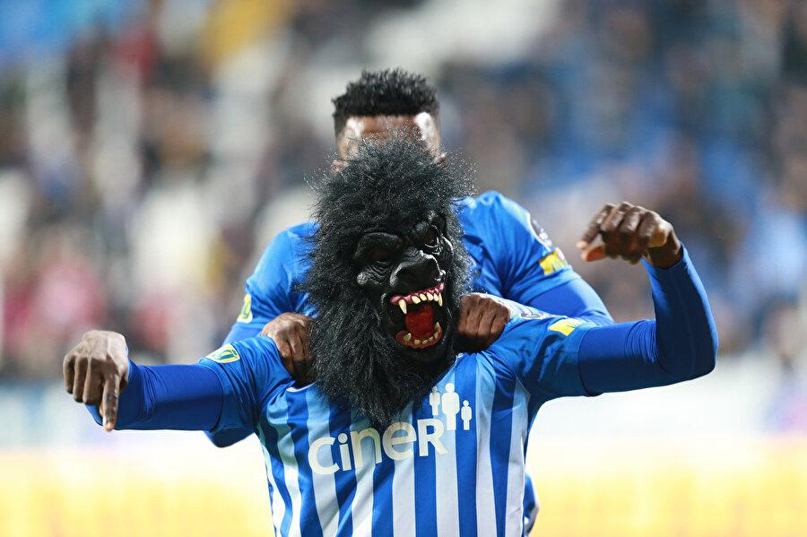 Mbaye Diagne kafasına taktığı maskeyle tribünlere koşuyor.