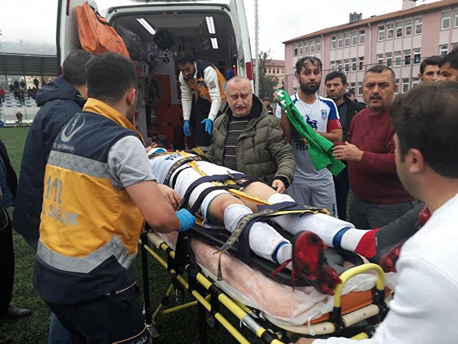 Yaşanan olaylar sonucunda yaralanan futbolcular için sahaya ambulans girmek zorunda kaldı.