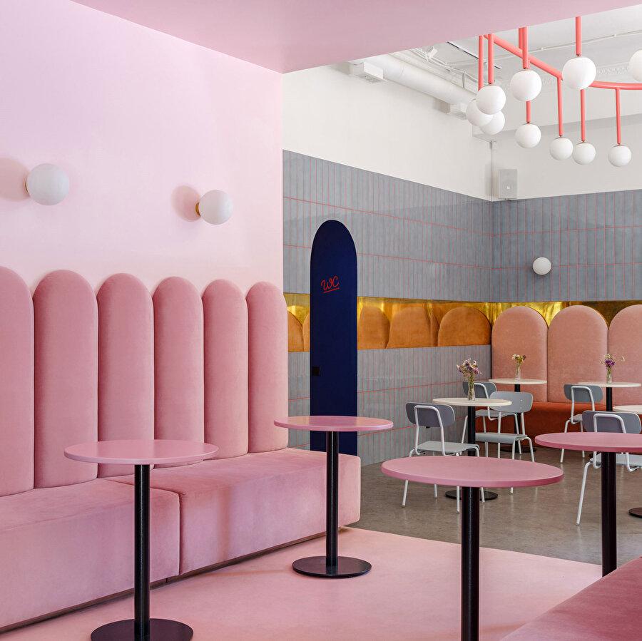 Butik bir pastane konseptine sahip mekanın iç dizaynı sanki bir çizgi romandan çıkarılmış gibi masalsı bir gerçekliğe sahip.