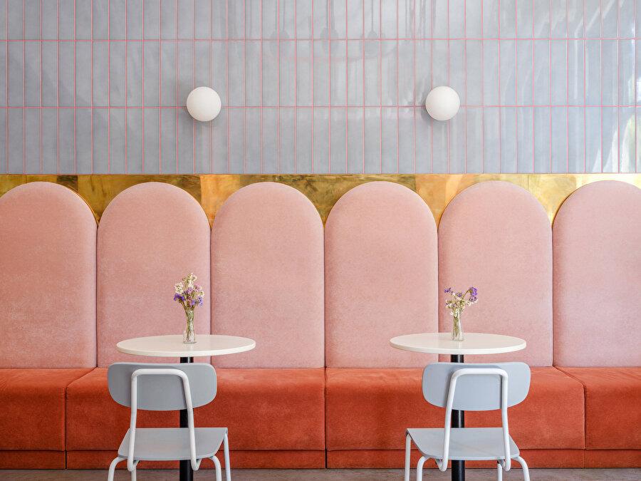 Sıcak renklerin yoğunlukla olarak tercih edilmesindeki temel amaç minimal tasarımıyla bütünlük sağlamayı amaçlamıştır.