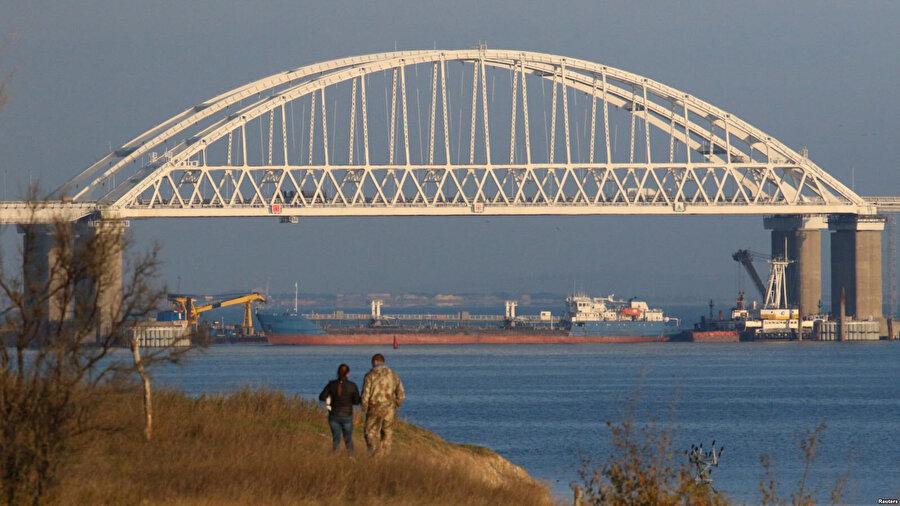 Ukrayna ordusu, gemilerin geçişinin engellenmesi için Rusya'nın kontrolündeki köprünün altına büyük bir kargo gemisi yerleştirdiğini açıkladı. Ayrıca gemilerin ikisine ateş açıldığı ve olayda 6 Ukrayna askerinin yaralandığı bildirildi.
