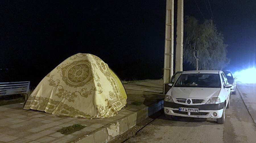 Bölge sakinleri, deprem tehlikesi sebebiyle geceyi dışarıda geçirdi.