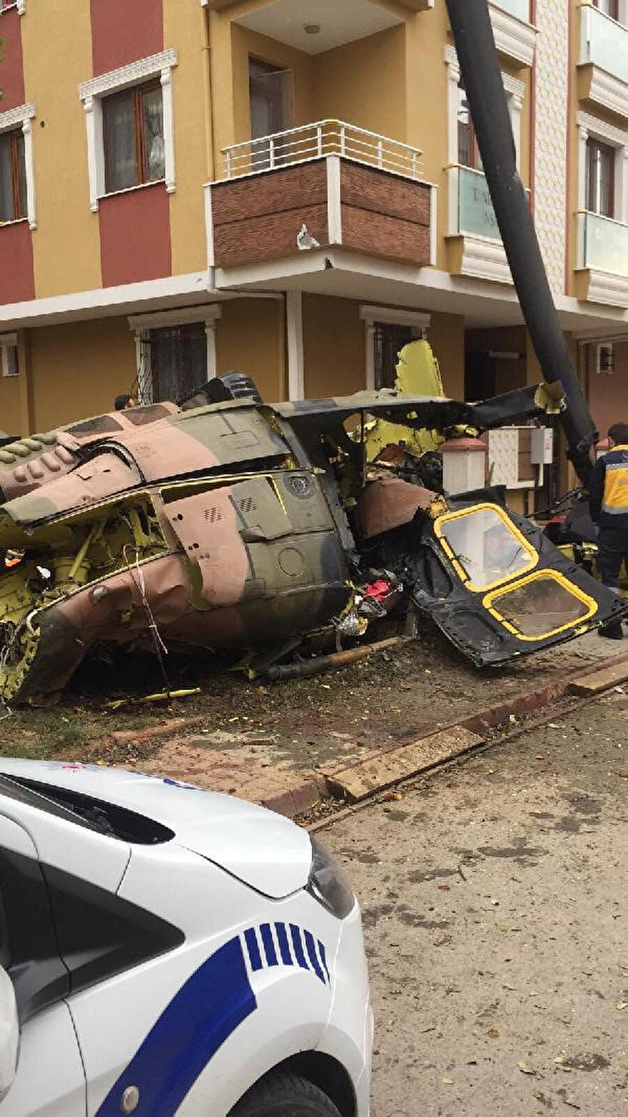 Düşen helikopterin bütünlüğünü koruması kazasının iniş sırasında gerçekleştiği izlenimini veriyor.