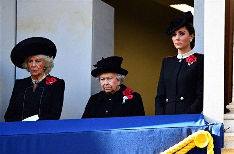 Meghan Markle ve Kate Middleton, anma törenini ayrı balkonlarda izledi.