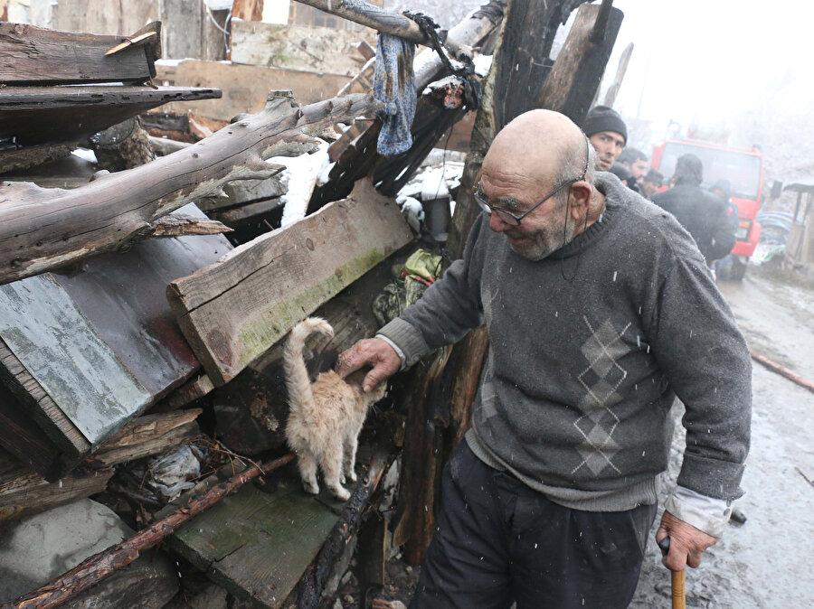 Eşi ve engelli oğluyla ilçeye bağlı Ordular köyünde yaşadığı ahşap ev 17 Ocak'taki yangında küle dönmüştü.