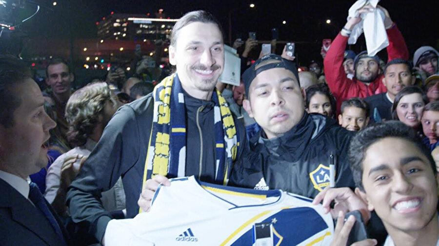 Arşiv: İsveçli yıldız, Los Angeles Galaxy taraftarı ile fotoğraf çektiriyor...