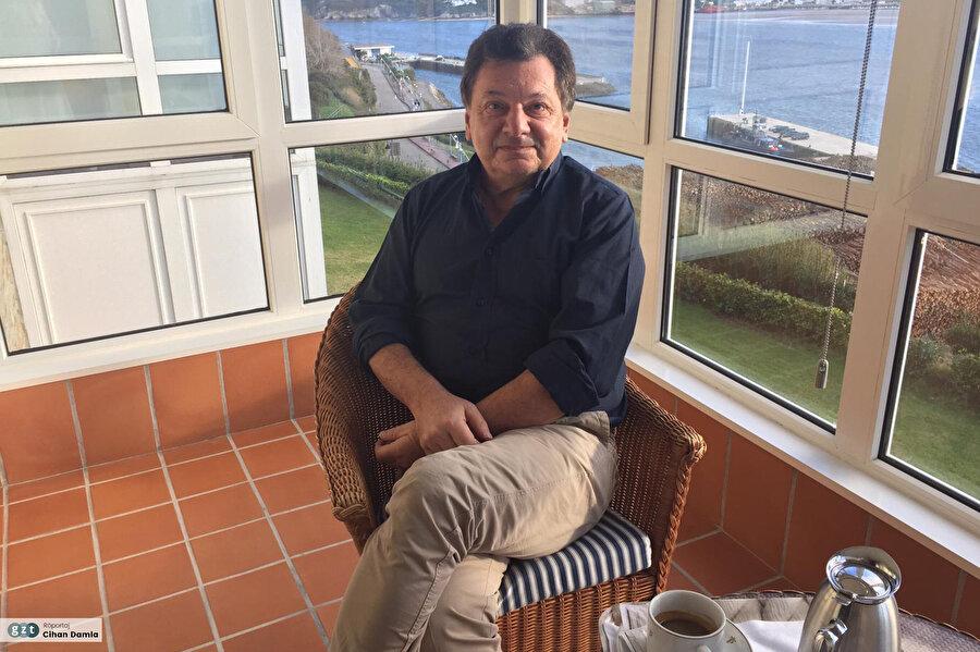Dünya çapında takip edilen Gastromondiale adlı gastronomi sitesinin kurucu editörüdür.
