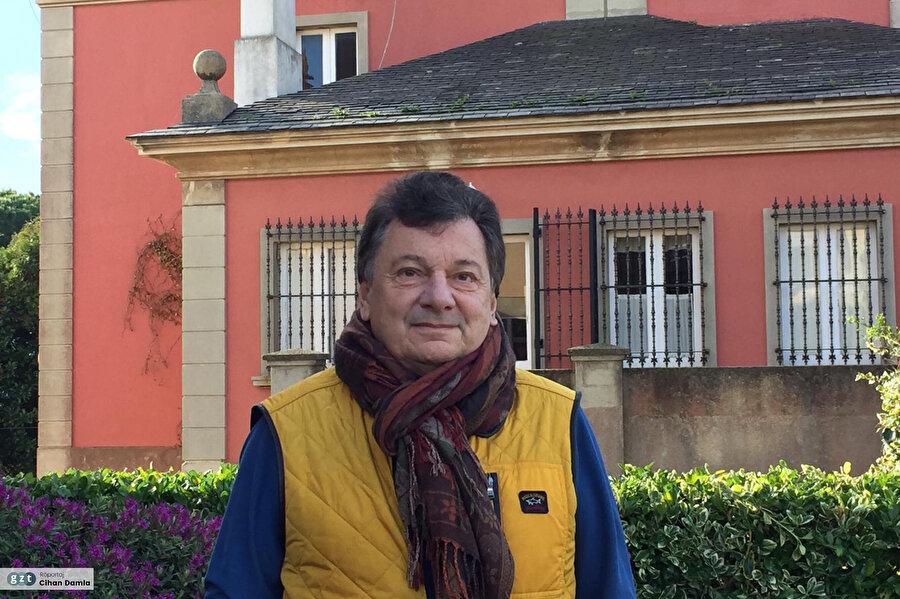 Galatasaray Lisesi'nden mezun olduktan sonra sonra Boğaziçi Üniversitesi Ekonomi Bölümü'nü bitirdi.