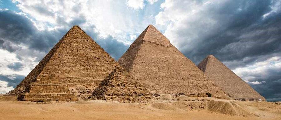 Şekil 8: Khufu, Kafre ve Menkaure. Görünüşte Kafre'nin daha büyük olmasının sebebi zemin yüksekliği ve eğiminin daha dik olmasıdır.