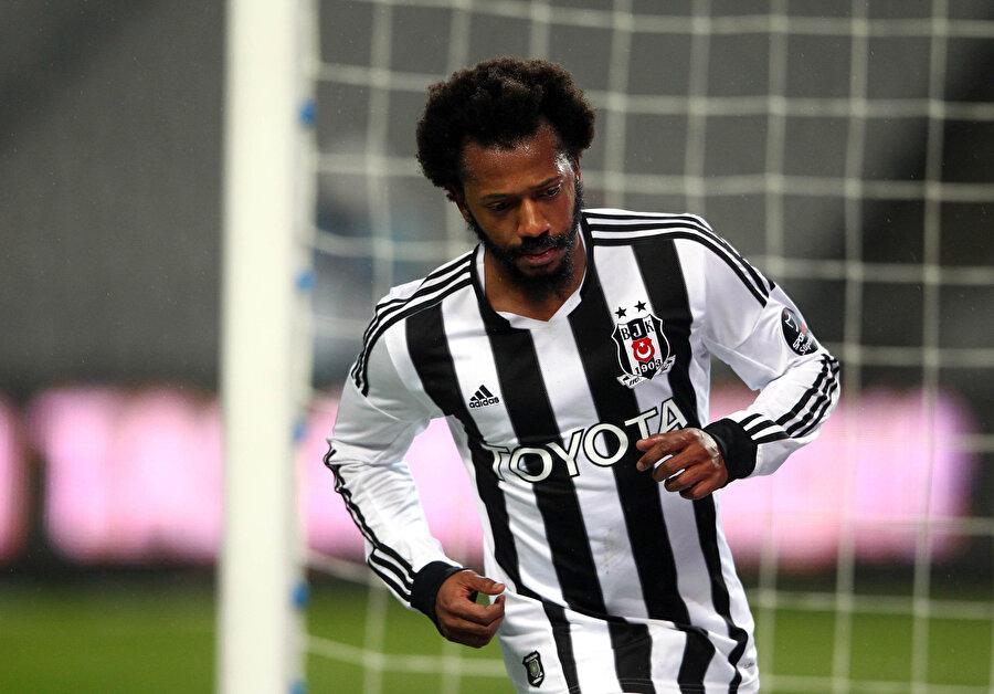 Manuel Fernandes, Beşiktaş'ta forma giydiği dönemde attığı golün sevincini tribünlerle paylaşmaya gidiyor.