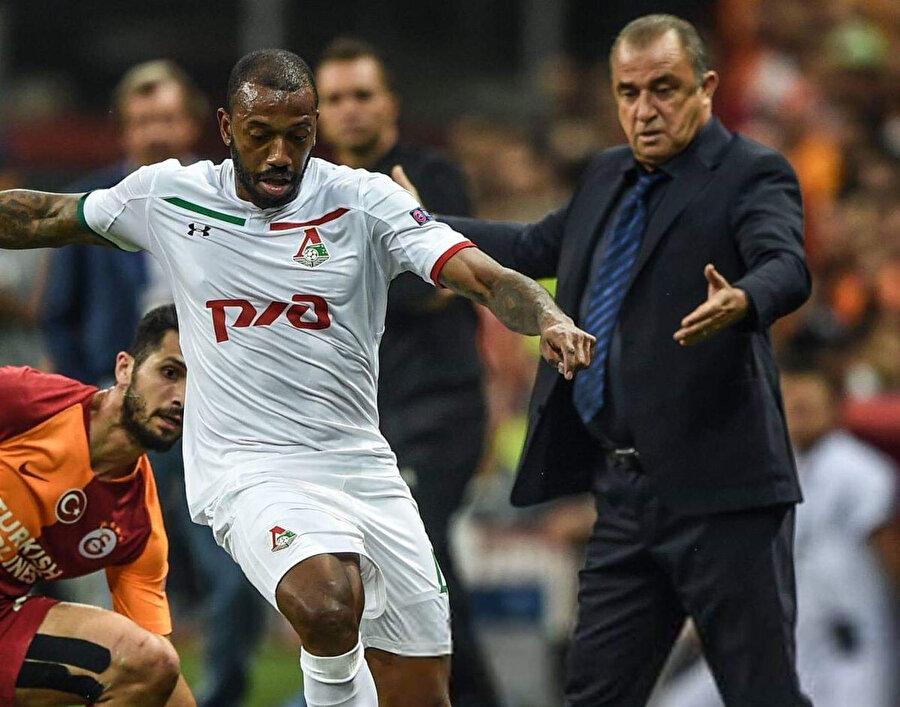 Fatih Terim, Türk Telekom Stadı'nda oynanan ilk maçta Fernandes'in Emre Akbaba'yı birebirde eksiltmesini izliyor.