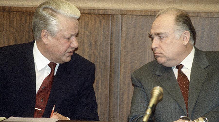 Dönemin Rusya Federasyonu Devlet Başkanı Boris Yeltsin (solda) ve Başbakan Viktor Çernomordin.