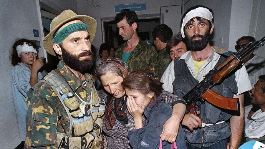 14-19 Haziran 1995 tarihlerinde Şamil Basayev (solda) liderliğinde Budyonovsk şehrindeki hastaneye düzenlenen operasyon sonucunda Rusya Çeçenlerle ateşkes imzalamaya mecbur kalmıştı.