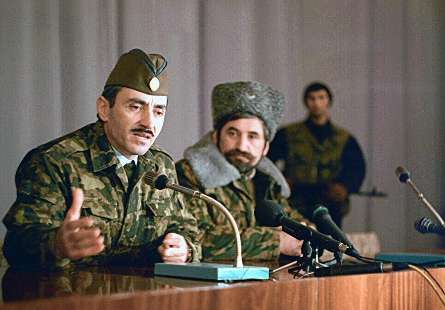 Çeçenistan Devlet Başkanı Cohar Dudayev Don Kozakları Ordusu lideri Nikolay Kozitsın'la Dostuk ve İşbirliği Anlaşması imza töreninde konuşurken. (Grozni, 24 Ağustos 1994)