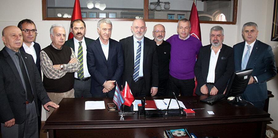 Divan Kuırulu Başkanıyla görişmesini tamamlayan Ağaoğlu, listesindeki bazı isimlerle beraber fotoğraf çektiriyor...
